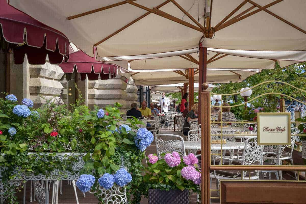 Restaurants in Moscow with colourful flowers and outdoor tables with umbrellas. Is Moscow dangerous for tourists. A question often asked and the answer is Moscow is very safe for tourists providing you always take the usual precautions.