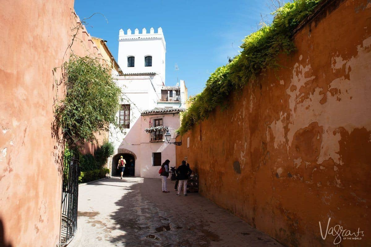 red mud walls and street vendor in Barrio Santa Cruz. if you have a 2 or 3 day seville itinerary then make sure you spend some time exploring the barrios of seville.