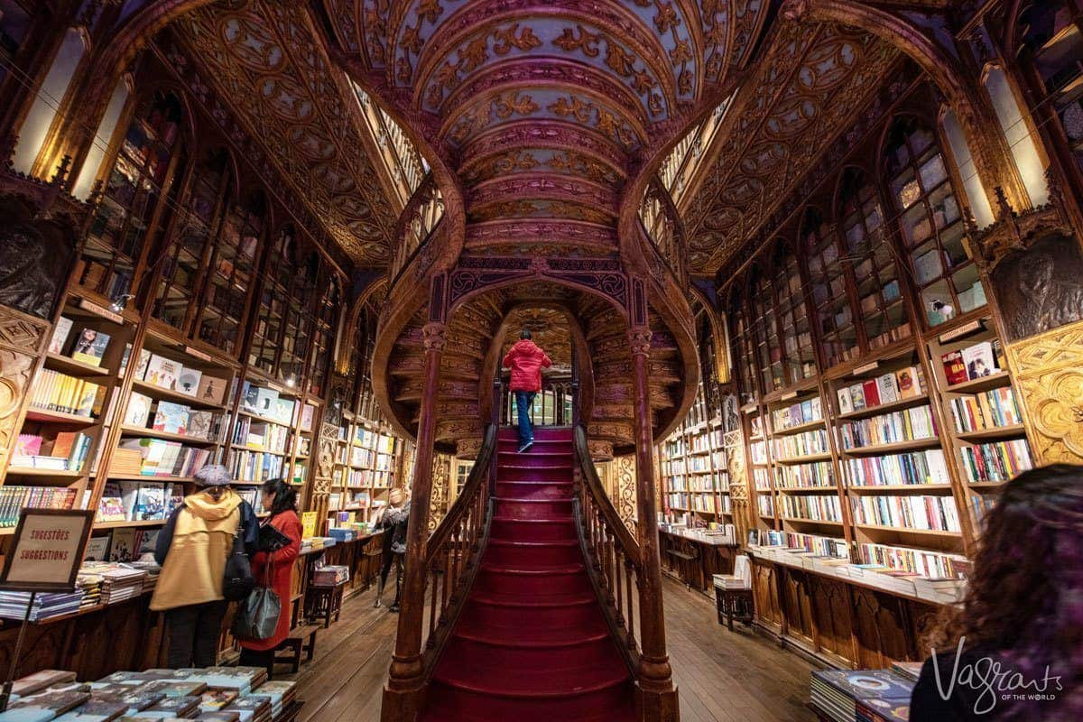 A unusual sight when you visit Livraria Lello Bookshop, hardly any people around the red carpeted swirling bookcase inside this book line shop. Normally it is packed with tourists.