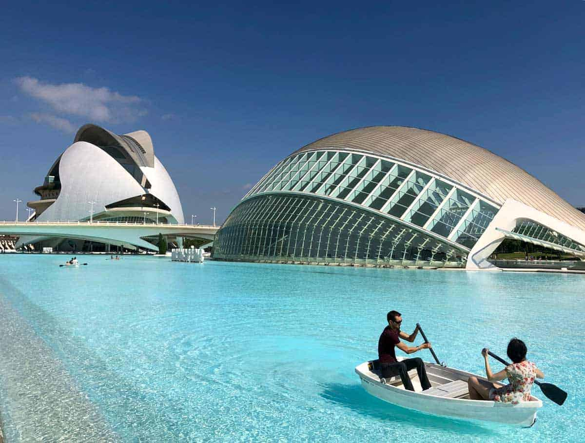 2 people padding around L'Oceanogràfic, Valencia