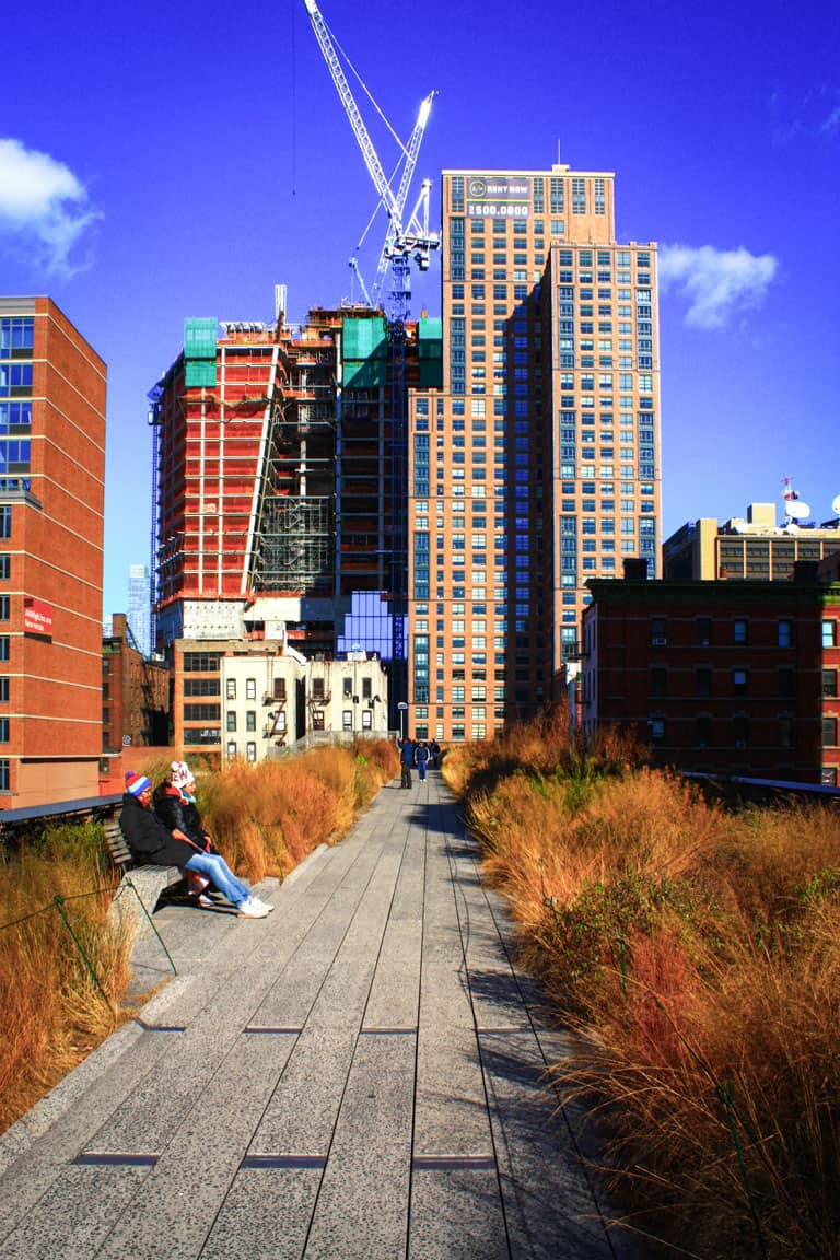 Couple sitting on the High Line in New York