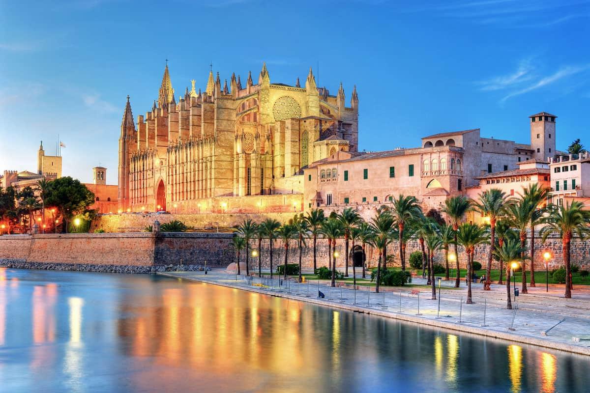 The Palma de Majorca Cathedral lit up at night.